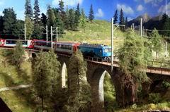 Rund um das Albulaviadukt 3 + 4 wurde der Anlagenabschluss, Landschaftsdeckel und die anschliessenden zwei neuen Segmente angebracht.