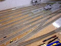 Nach und nach entsteht der Bahnhof. Das kleine Werkgebäude ist inzwischen auch erstellt worden.