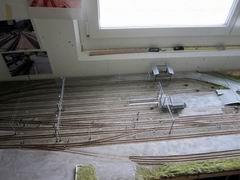 Während der hintere Bereich mit Oberleitungen versehen ist, kehrt das Segment von der Werkstatt in das Modellbahnzimmer zurück, dann gilt es, die vorderen Oberleitungsdrähte zu löten (Gitarrensaiten 0.21 und 0.24 mm).