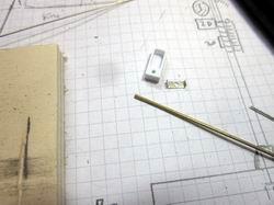 Mit einem kleinen gefrästen Polystorolteil und Messingprofilen kann eine Bahnsteigleuchte gebaut werden.