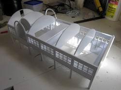 Damit die Dachplatten stabil und verzugfrei angebracht werden können, werden Dachstützen montiert. Eine fehlt noch :)