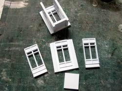 Die kleinen Balkoninnenteile unterhalb des Daches werden zusammengebaut.