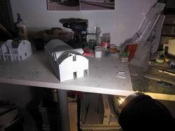 Für die Konstruktion der komplizierten Dachformen habe ich mich primitiven Methoden beholfen: Licht und Schatten :)
