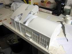 Das Dach für den Bahnhof wird gebaut. Die Ausschnitte für die Balkone wurden ausgeschnitten.