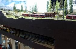 Bahnhof Stuls wurde im Januar gebaut und konnte bereits regen Betrieb verzeichnen. Ab Bahnhofgebäude westlich entspricht die Ausführung exakt dem Vorbild, Richtung Albulaviadukt 1 musste aufgrund Vorhandenem mit einem Kompromiss vorlieb genommen werden.