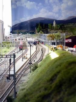 Übersicht auf die zahlreichen Oberleitungsmasten, Kabel und Gleise... Das Bahnhofgebäude habe ich durch stabiles Plexiglas geschützt, voraus gingen etliche