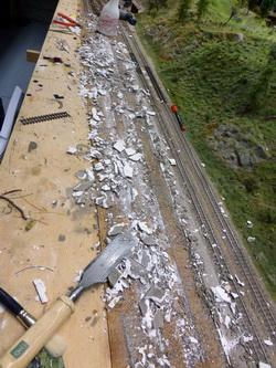 Am nächsten Tag wurde dann mit gröberem Geschoss Gleis und Perron entfernt.