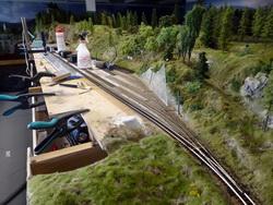 Dank der vorbildlichen Gleisbautrupps wurden bereits erste Gleise verlegt (Tag 3). Die Bauaufsicht ist zuversichtlich, dass der erste Fahrbetrieb bereits nächste Woche erfolgen kann. Der Bahnvorstand freut sich sehr über die neuen, langen Gleise, die nun nicht mehr durch Weichen unterbrochen werden...