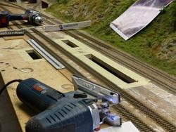 Ausschnitt für Unterführungen. Dank der zahlreich entfallenen Weichen und Belegtmelder herrscht nun wieder richtige leere im Bahnhof Untergrund. Daher konnte gefahrlos mit der Stichsäge hantiert werden...