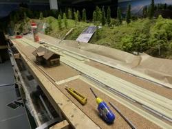 ...und auf den Perrons eingelassen werden. Die Gleisanlagen wurden abgedeckt und für die Gipsschicht vorbereitet.