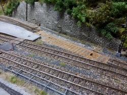 Die Weiche zum ehemaligen Gleis 3 hatte ich zuerst belassen und wollte eine kleinere Bahn Baustelle darum bauen. Aufgrund der Fotorecherche der Bauphase war dies jedoch nie realistisch darstellbar, deshalb habe ich die Weiche ebenfalls entfernt.