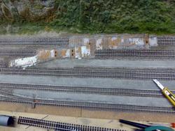 Der einfachste Umbau - die Weichenverbindung von Gleis 5 auf 4 - wurde noch am gleichen Tag vorgenommen - Weiche und DKW entfernt...