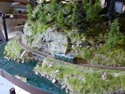 Eine kleine Kastenbrücke wie sie ein paar km vor Versam Safien anzutreffen ist wurde gebaut. Bereits befährt die 601 als erste Lok diese Passage.