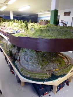 Stellprobe während der Bauphase mit den neuen Landschaftssegmenten für die Ruinaulta