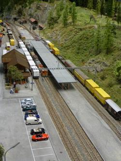 Für den Umbau mussten auch in Filisur die Güterzüge und Traktoren untergebracht werden. Seit gestern konnten diese jedoch wieder zurück an ihren ursprünglichen Ort gefahren werden. Die erste Rundfahrt mit der endgültigen Anordnung der Segmente ist geglückt!