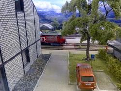 Blick zwischen den beiden grossen Gebäude auf die Bahngleise.