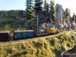 Der kleine Güterzug ist unterwegs nach Versam-Safien