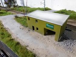 Mit Blick zum Bahnübergang. Diese Tage erhält das Gebäude seine Fenster und Türen, ein fest montiertes Dach und letztendlich das Farbfinish