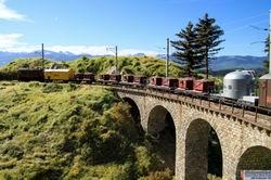 Relativ mühelos scheint die alte Lok den kurzen Güterzug bergwärts zu ziehen