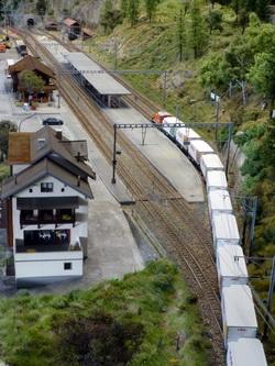 Ein Überblick auf die Bahnanlage von Filisur wie es sich ungefähr vom Greifenstein aus bieten würde.