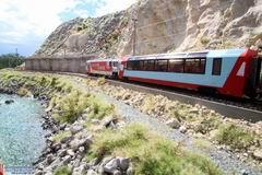 Glacier Express passiert Schutzverbauung bei Trin. Beim nächsten Besuch der Rheinschlucht werde ich dann auch mal diesem Weg entlang gehen...