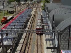 Übersicht auf das Bahnhofgebäude und dem in Unschärfe verschwindendem Güterbereich