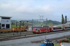 Am frühen Morgen des 1. August 2011 fährt der Glacier Express aus St. Moritz kommend ein