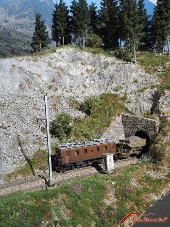 Ge 4/6 355 verlässt soeben den Chrummwag Tunnel